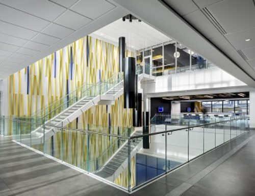 Un luminaire symbolique capte toute l'attention dans l'atrium du siège social d'une entreprise manufacturière