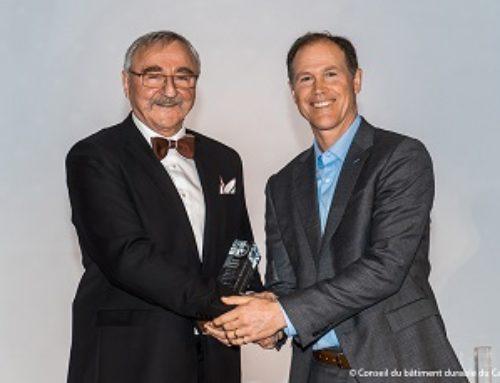 Roland Charneux reçoit le Prix du pionnier en bâtiment durable